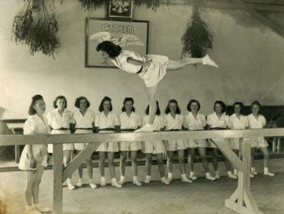 """Dziewczęta z """"Sokoła"""" w Gdyni Chyloni – podczas ćwiczenia gimnastycznego"""