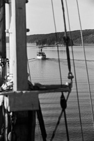 Pejzaż ze statkiem i wyspą