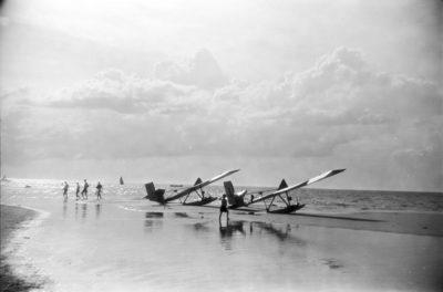 Samoloty na brzegu morza