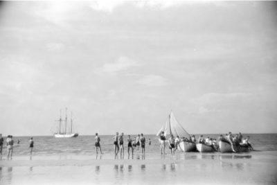 Szalupy na brzegu morza