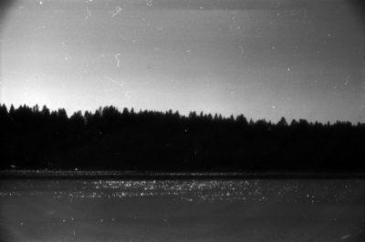 Pejzaż – akwen wodny i las