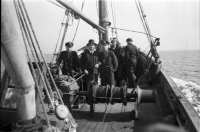 Mężczyźni na pokładzie kutra rybackiego