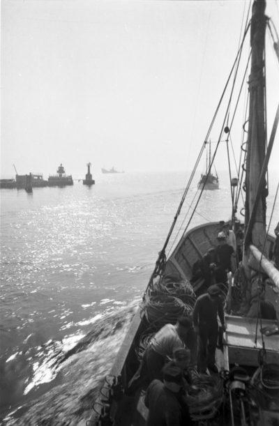 Wpłynięcie kutra rybackiego do basenu portowego