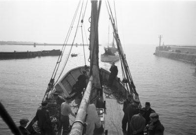Kuter rybacki wychodzący z portu na Helu