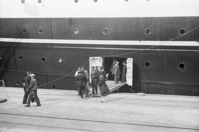 """Pasażerowie wysiadający ze statku m/s """"Piłsudski"""""""