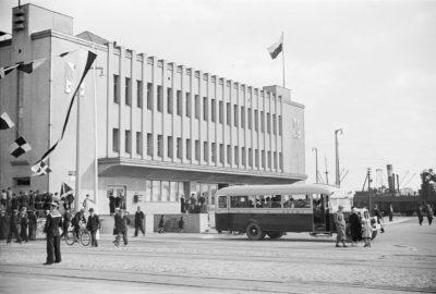 Autobus Miejskiego Towarzystwa Komunikacyjnego przed Dworcem Morskim