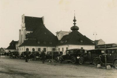 Taksówki przed Dworcem kolejowym w Gdyni