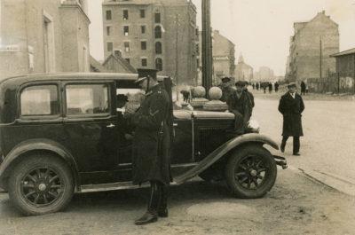 Kontrola samochodu przy narożniku ulic Derdowskiego i Świętojańskiej