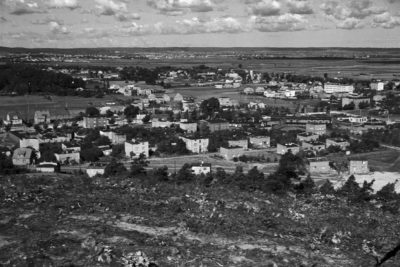 Gdynia Chylonia – widok ze wzniesienia powyżej ul. Rozewskiej na zabudowę w rejonie skrzyżowania ob. ul. Morskiej z ul. Kartuską