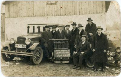 Szkoła Szoferów – uczestnicy przy aucie Dodge