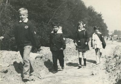 Uczniowie przechadzający się pod Kamienną Górą
