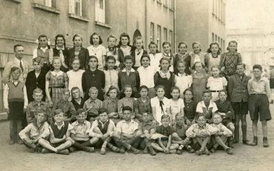 Polskie dzieci uczące się w czasie okupacji w dawnej Szkole Powszechnej Nr 1