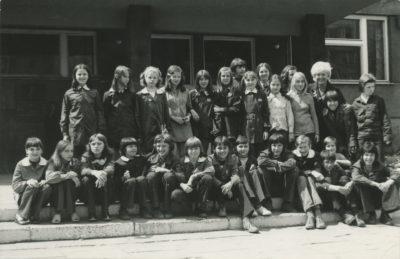 Klasa VIb przed budynkiem Szkoły Podstawowej nr 14 przy ul. Władysława IV w Gdyni