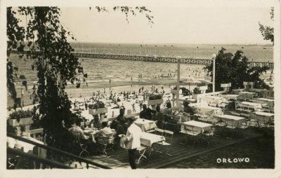 Widok z tarasu Domu Kuracyjnego na plaże i molo w Orłowie