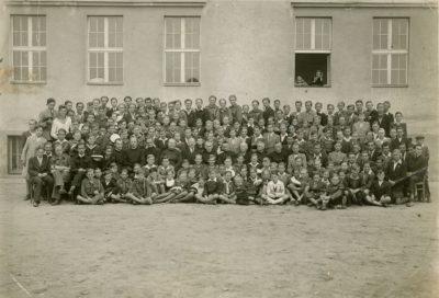 Uczniowie i nauczyciele Gimnazjum Ojców Jezuitów w Gdyni Orłowie