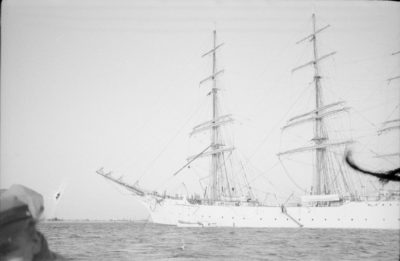 """""""Dar Pomorza"""" wpływający do portu"""