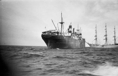 Statek handlowy i żaglowiec na redzie portu gdyńskiego.
