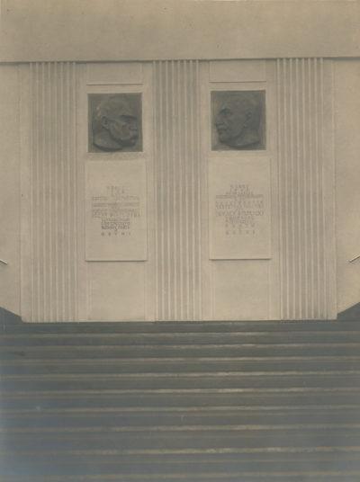 Płaskorzeźby Józefa Piłsudskiego i Ignacego Mościckiego we wnętrzu Dworca Morskiego w Gdyni