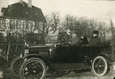 Wacław Szczeblewski z rodziną w samochodzie osobowym