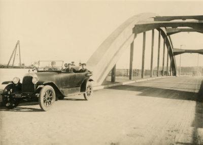 Samochód osobowy na  ul. Mostowej (ob. Tadeusza Wendy)