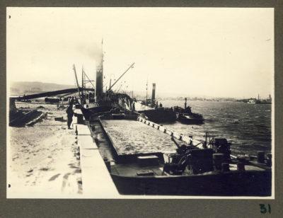 Barka przy nabrzeżu