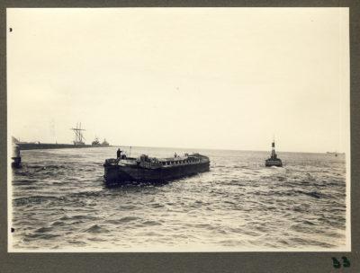 Barka prowadzona przez holownik