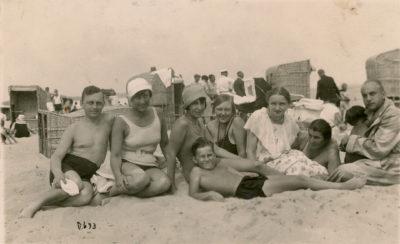 Zdjęcie rodzinne na gdyńskiej plaży