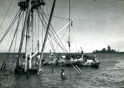Zatopiony  w porcie gdyńskim statek Warthe