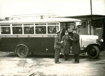 Pracownicy MTK w Gdyni przy autobusie marki Brockway