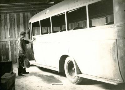 Czyszczenie karoserii autobusu w warsztacie naprawczym MTK w Gdyni