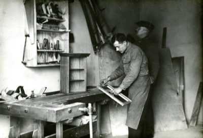 Pracownik podczas pracy w stolarni MTK w Redłowie