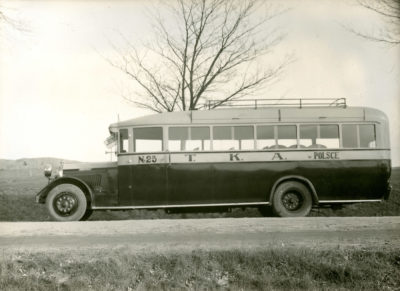 Autobus marki Brockway na szosie