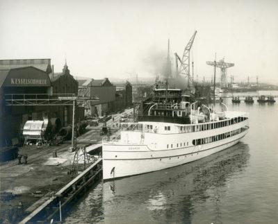 """Statek pasażerski """"Gdańsk"""" przy nabrzeżu Stoczni Gdańskiej"""