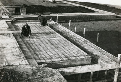 Prace na dachu budynku stacji pomp
