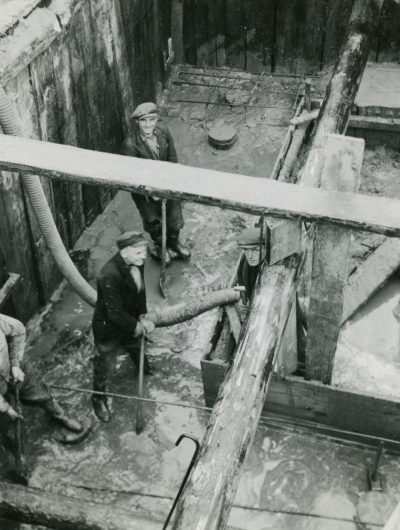 Pracownicy w oszalowanym wykopie na Molo Rybackim