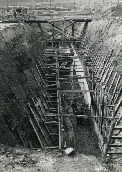 Prace w wykopie podczas budowy podziemnych magazynów na Oksywiu