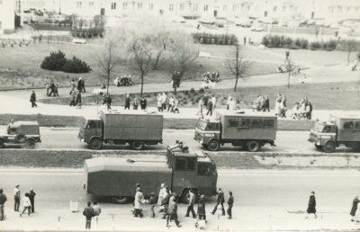 Pojazdy Milicji Obywatelskiej na ulicy Władysława IV