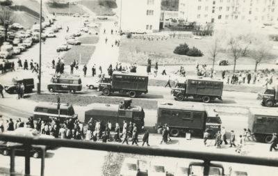 Przejazd pojazdów Milicji Obywatelskiej ulicą Władysława IV, przy skrzyżowaniu z ulicą Obrońców Wybrzeża