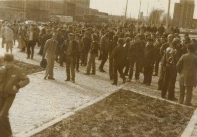 Tłum zebrany pod Pomnikiem Ofiar Grudnia'70 przy ulicy Marchlewskiego (obecnie Janka Wiśniewskiego)