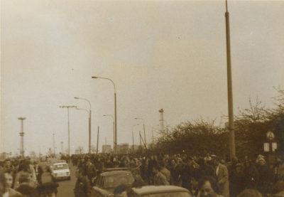 Tłum protestujących osób na ulicy Marchlewskiego (obecnie Janka Wiśniewskiego)