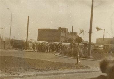 Oddział funkcjonariuszy ZOMO na ulicy Jana z Kolna