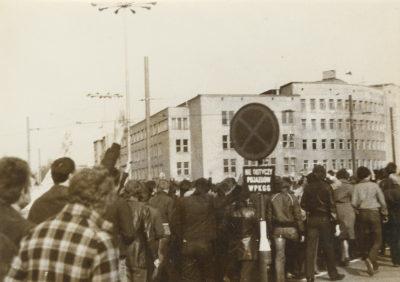 Tłum demonstrantów w pobliżu gmachu Sądu Rejonowego w Gdyni