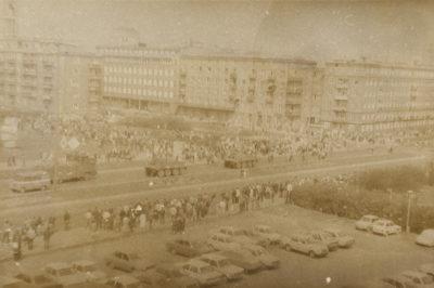 Tłum ludzi przyglądających się przejeżdżającym ulicą Władysława IV pojazdom MO