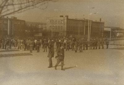 Funkcjonariusze Milicji Obywatelskiej na obecnym placu przy pomniku Ofiar Grudnia '70
