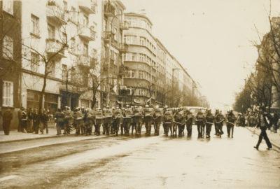 Szpaler funkcjonariuszy ZOMO maszerujących ulicą Świętojańską