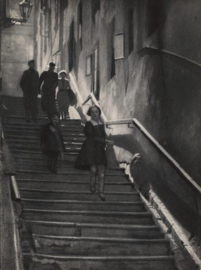 Bez tytułu (postacie na schodach)