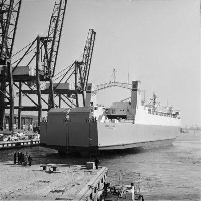 """Budowa Bazy Kontenerowej w Gdyni – statek """"INOWROCŁAW"""" przybija do nabrzeża"""