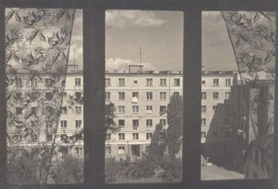 Widok z okna na budynek mieszkalny