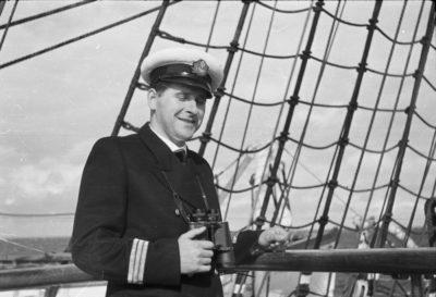 Kapitan Żeglugi Wielkiej Stanisław Rowiński z lornetką