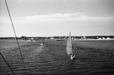 Wpływające do portu żaglówki